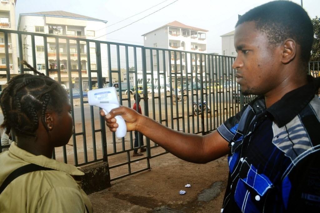 19.jan.2015 - Estudante tem temperatura verificada nesta segunda-feira (19) antes de entrar na escola Oumou Diaby, em Dacar, no Senegal. Alunos retornaram às aulas depois de quase quatro meses de recesso escolar devido ao surto de ebola. Quase 22 mil pessoas já foram infectadas com o vírus, segundo a OMS. A grande maioria das mortes ocorreu na Guiné, Libéria e Serra Leoa