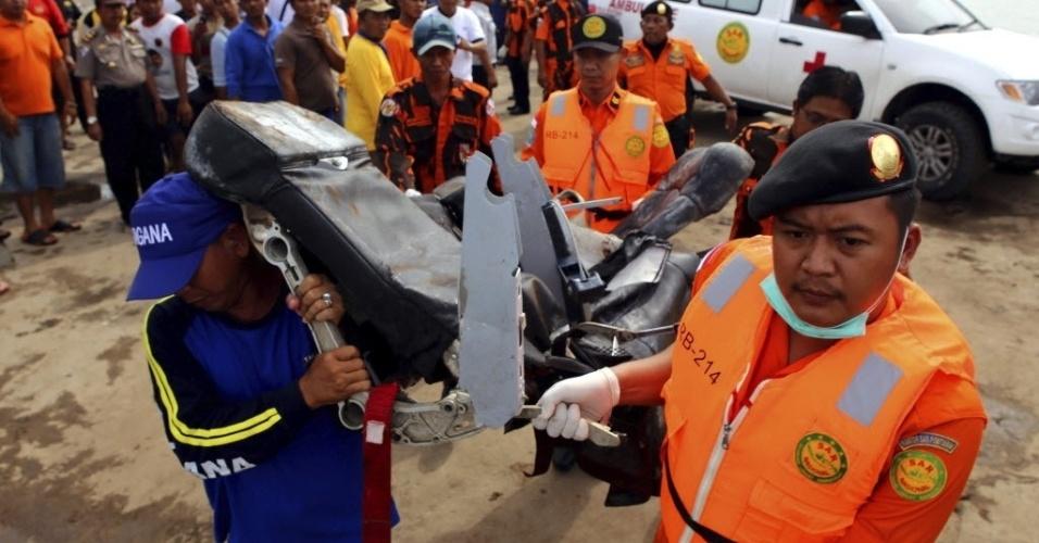 19.jan.2015 - Integrantes de equipe de resgate carregam nesta segunda-feira (19) os destroços do voo QZ8501 da AirAsia trazidos do mar de Java, onde foram encontrados, para Pangkalan Bun, na Indonésia