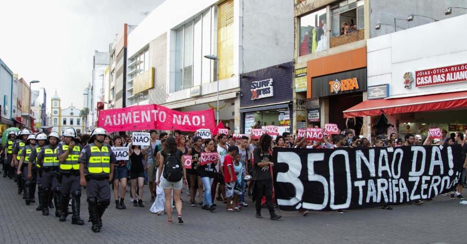 19.jan.2015 - Integrantes do MPL (Movimento Passe Livre) fazem protesto contra o aumento da tarifa do transporte público, que passou de R$ 3,00 para R$ 3,50, em Guarulhos, na Grande São Paulo, nesta sexta-feira (19)