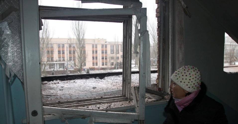 19.jan.2015 - Mulher observa através de uma janela quebrada em um hospital após confrontos entre as forças ucranianas e separatistas pró-Rússia na cidade de Donetsk, nesta segunda-feira (19). O Exército ucraniano disse neste domingo que repeliu a ofensiva dos rebeldes contra o aeroporto da cidade, no leste do país, enquanto milhares de pessoas saíram às ruas em Kiev para manifestar seu apoio