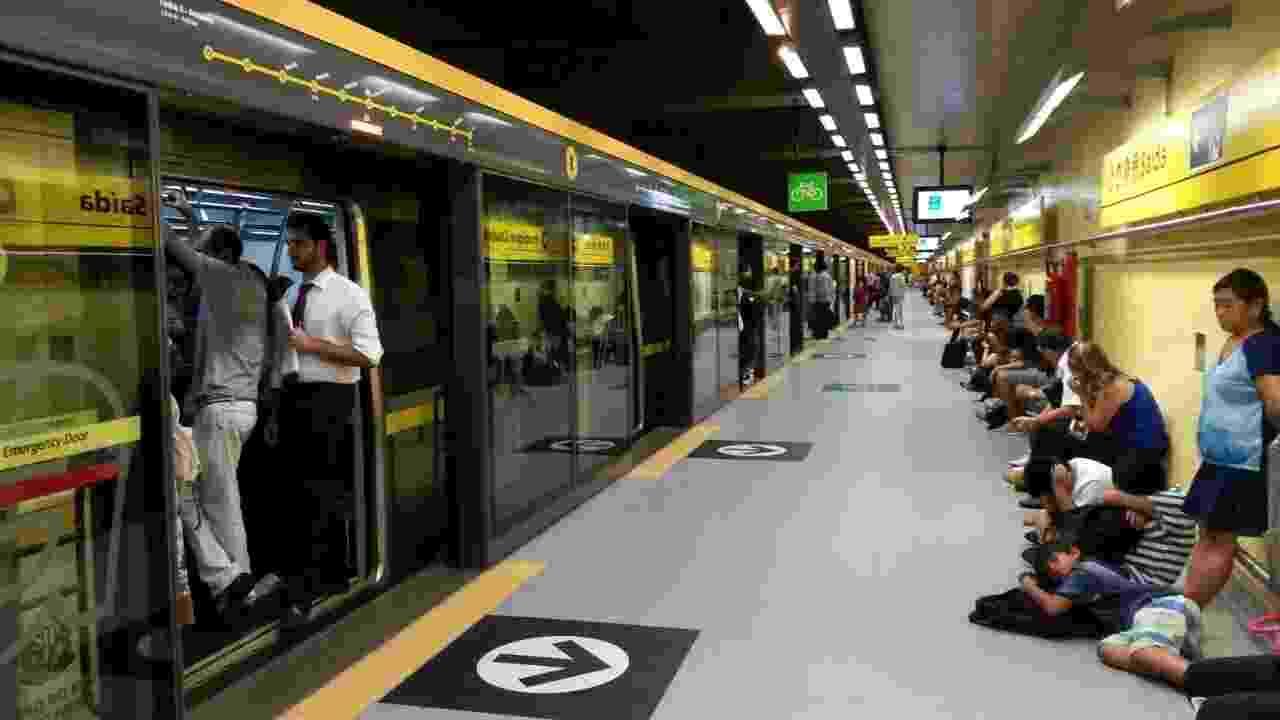 19.jan.2015 - Passageiros aguardam na plataforma da estação Estação Fradique da linha 4-amarela do metrô, da Via Quatro, após a queda da energia nesta segunda-feira (19), em São Paulo. Internautas também relataram falta de energia nos Estados do Rio de Janeiro, Paraná e Espírito Santo - Carolina/ internauta UOL