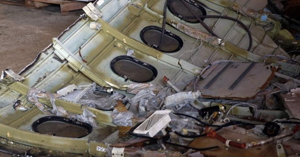 19.jan.2015 - Parte da fuselagem do avião da AirAsia, que caiu em 28 de dezembro no mar de Java com 162 pessoas a bordo, é armazenada nesta segunda-feira (19) no porto de Kumai, em Pangkalan Bun, na Indonésia