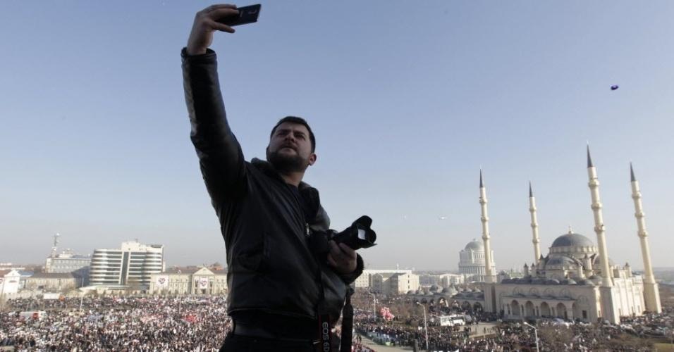 """19.jan.2015 - Um homem tira uma selfie nesta segunda-feira (19) ao lado de uma multidão de manifestantes em Grózni, na Tchetchênia, durante um protesto contra a publicação da revista francesa """"Charlie Hebdo"""""""