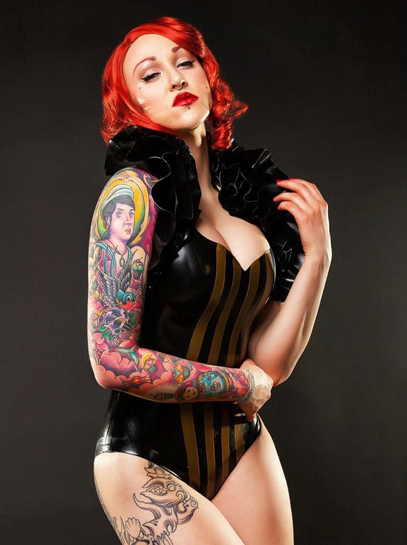 19.jan.2015 - Elegy Ellem é uma das artistas do chamado teatro burlesco, com shows que reúnem sensualidade e, no seu caso, tatuagens que ela mostra apenas em convenções internacionais, como a de Londres, da qual foi uma das grandes atrações