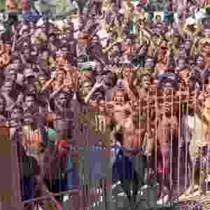 Grupos de jovens aproveitam as areias cheias para atacar banhistas, levando bolsas e objetos de valor durante o corre-corre - Júlio César Guimarães/Agência O Globo
