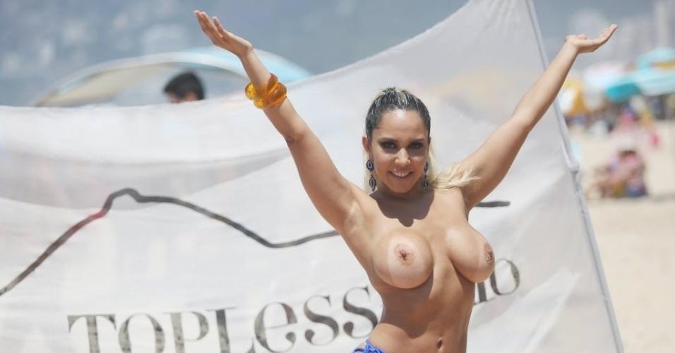 """20.jan.2015 - A funkeira Renata Frisson, a Mulher Melão, participou do """"Toplessaço 2"""", em Ipanema, no Rio de Janeiro, nesta terça-feira (20). O evento busca promover a prática do topless"""