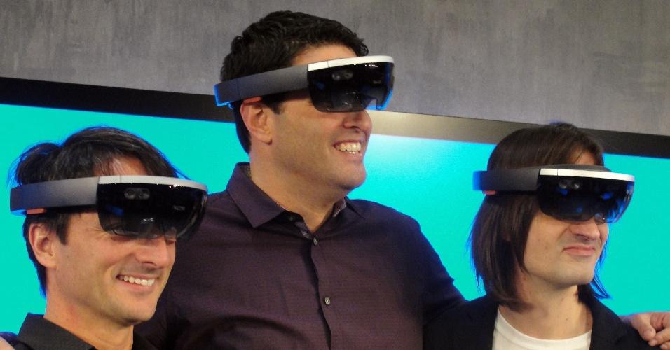 21.jan.2014 - Os executivos da Microsoft Joe Belfiore, Terry Myerson e Alex Kipman usam o novo óculos HoloLens durante evento de apresentação à imprensa realizado em Washington (EUA). O gadget cria projeções holográficas e não necessita de conexão com telefone ou computador para funcionar. Segundo a empresa, o produto conta com uma câmera e processadores que entendem gestos e voz, além de permitirem o mapeamento do ambiente