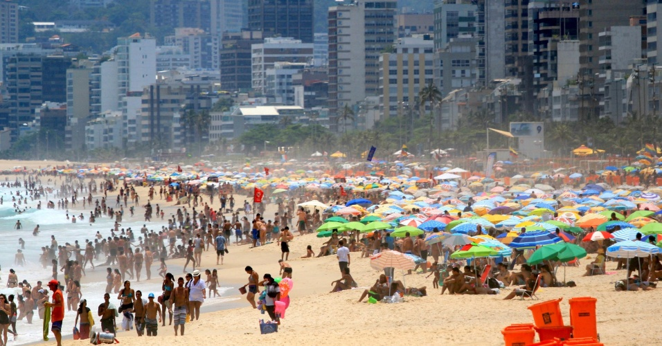 21.jan.2015 - Banhistas se aglomeram nesta quarta-feira (21) na praia de Ipanema, no Rio de Janeiro. Segundo a Somar Meteorologia, uma frente fria deve atingir os Estados da região Sudeste na quinta-feira, provocando chuvas fortes e instabilidade sobre São Paulo, sul, oeste e centro de Minas Gerais e do Rio de Janeiro