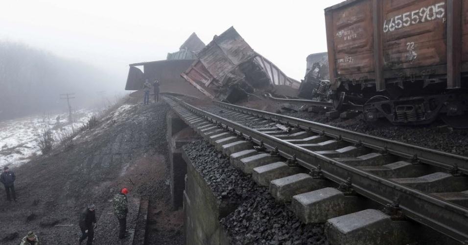 21.jan.2015 - Militares ucranianos inspecionam ponte de uma ferrovia que foi danificada por uma explosão perto da vila Kuznetsovka, no leste do país. O ataque isolou o acesso por trem de Mariupol ao oeste da Ucrânia. O presidente ucraniano, Petro Poroshenko, encurtou nesta quarta-feira sua visita ao Fórum Econômico Mundial, na estância suíça de Davos, depois que seu governo acusou forças regulares russas de atacarem suas tropas no leste da Ucrânia