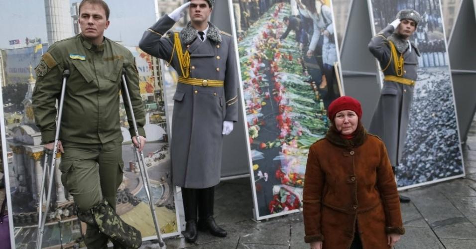 21.jan.2015 - Mulher ajoelhada chora ao lado de soldados durante cerimônia fúnebre na praça da Independência, no centro de Kiev, de um membro do batalhão de autodefesa ucraniano, que foi morto em combate no leste do país. O presidente ucraniano, Petro Poroshenko, encurtou nesta quarta-feira sua visita ao Fórum Econômico Mundial, na estância suíça de Davos, depois que seu governo acusou forças regulares russas de atacarem suas tropas no leste da Ucrânia na terça-feira