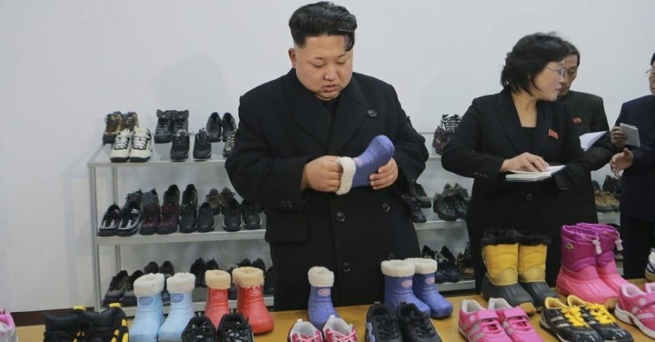 21.jan.2015 - O ditador norte-coreano Kim Jong-un visita uma fábrica de sapatos em Pyongyang, em imagem cedida pela KCNA, agência de notícias da Coreia do Norte, nesta quarta-feira (21)