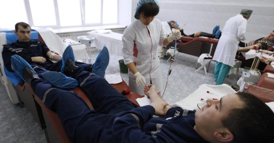 21.jan.2015 - Oficiais do Ministério de Emergência da Ucrânia doam sangue nesta quarta-feira, em um hospital militar em Kiev, para militares feridos durante a operação anti-terroristas no leste do país. O presidente ucraniano, Petro Poroshenko, encurtou nesta quarta-feira sua visita ao Fórum Econômico Mundial, na estância suíça de Davos, depois que seu governo acusou forças regulares russas de atacarem suas tropas no leste da Ucrânia na terça-feira