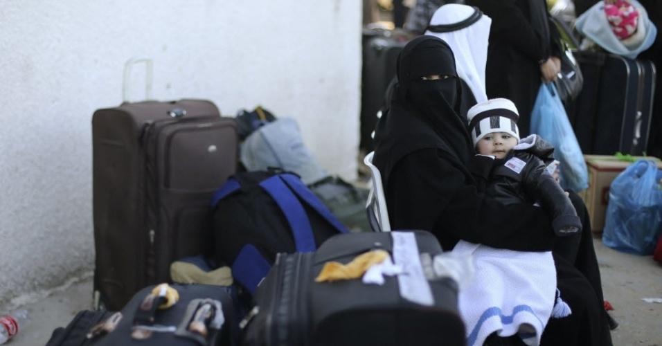 21.jan.2015 - Palestina segura seu filho enquanto espera autorização para atravessar a fronteira da faixa de Gaza para Rafah, no Egito, nesta quarta-feira (21). O Egito reabriu a passagem por três dias, sendo a terceira vez desde que foi fechada no final de outubro passado após um atentado suicida