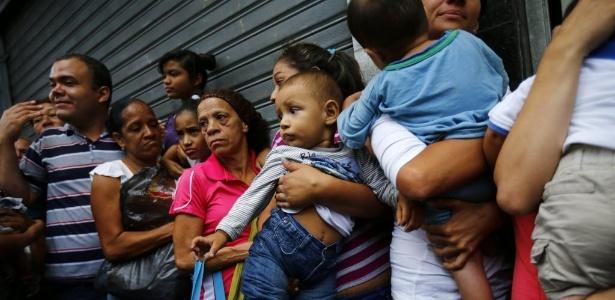 População faz fila para comprar itens de primeira necessidade - Jorge Silva/Reuters