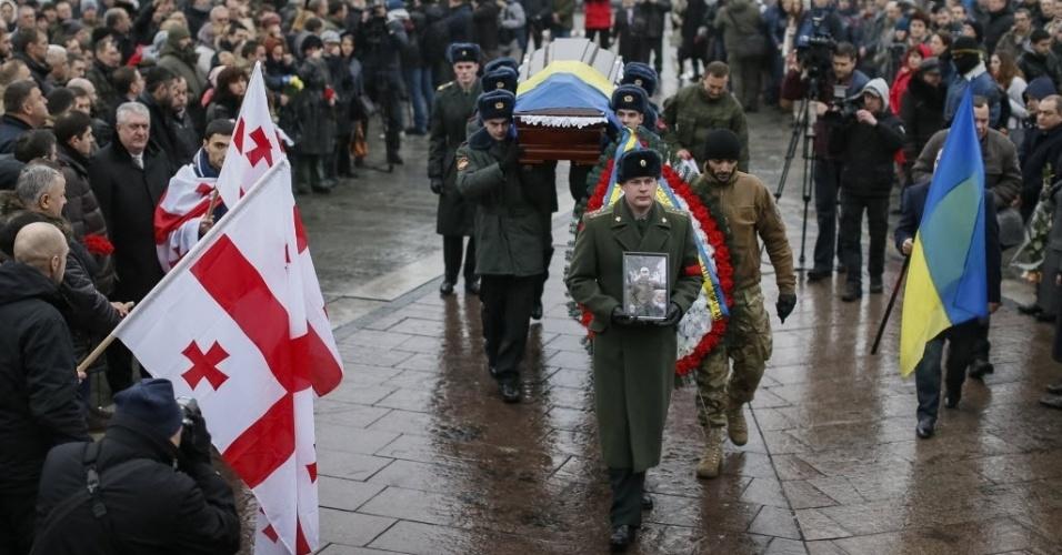 21.jan.2015 - Ucranianos carregam o caixão de um soldado, que morreu em confronto no leste da Ucrânia, em cerimônia antes do enterro na praça da Independência, em Kiev, nesta quarta-feira (21). Uma lei pretende aumentar o tamanho do exército ucraniano de 68.000 para 250 mil soldados para lutar contra os separatistas