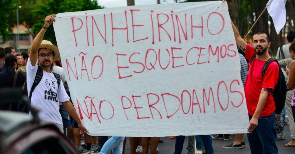 22.jan.2015 - Manifestantes exibem cartaz que recorda a desocupação da comunidade Pinheirinho (ocorrida em janeiro de 2012) durante o segundo ato contra o aumento da tarifa de ônibus em São José dos Campos (a 97km de São Paulo). O preço da passagem na cidade passará de R$ 3,00 para R$3,40 reais no próximo dia 25. O protesto acontece em frente ao terreno da antiga ocupação do Pinheirinho