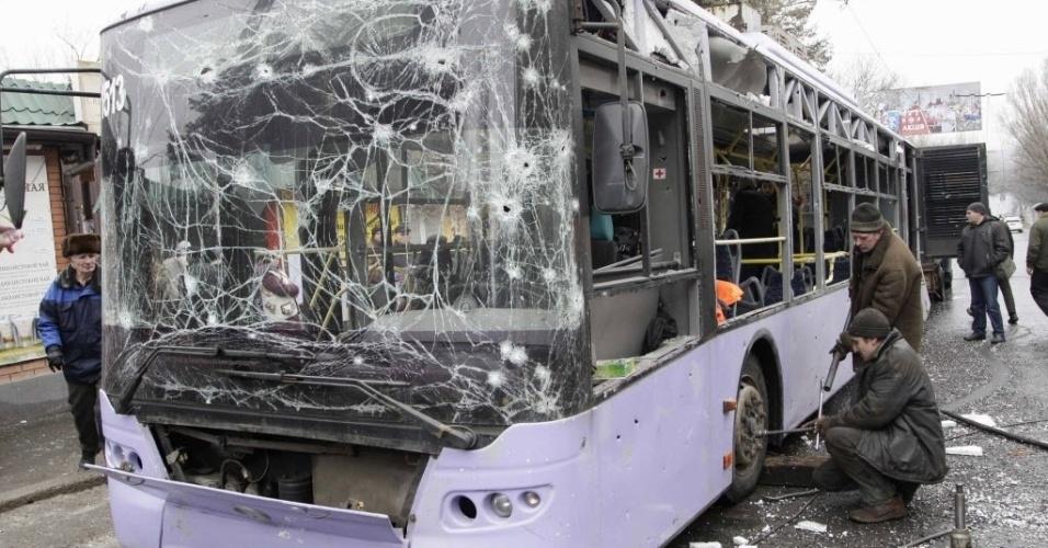 22.jan.2015 - Pelo menos 13 pessoas morreram e dezenas ficaram feridas nesta quinta-feira depois que um projétil atingiu um trólebus em Donetsk, no leste da Ucrânia