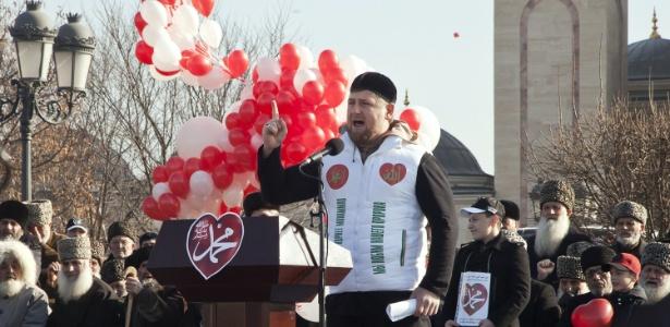 """O presidente tchetcheno Ramzan Kadyrov discursa durante protesto contra a publicação de charges de Maomé na revista francesa """"Charlie Hebdo"""" - Yelena Fitkulina/AFP"""