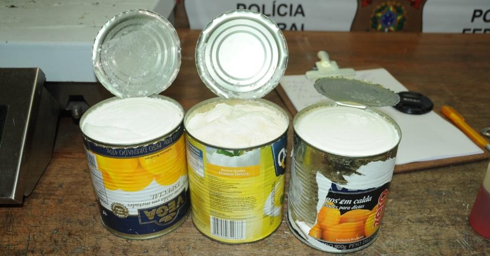 23.jan.2015 - A Polícia Federal apreendeu, nesta quinta-feira (22), aproximadamente três quilos de cocaína, que estavam escondidos dentro de latas de doces, com dois passageiros no Aeroporto Internacional de Guarulhos (SP). O primeiro, natural da Romênia, estava embarcando para Bruxelas, na Bélgica, com dois quilos da droga. O outro, natural da Bolívia, tinha como destino final a cidade de Yerevan, na Armênia. Um cão farejador ajudou na operação