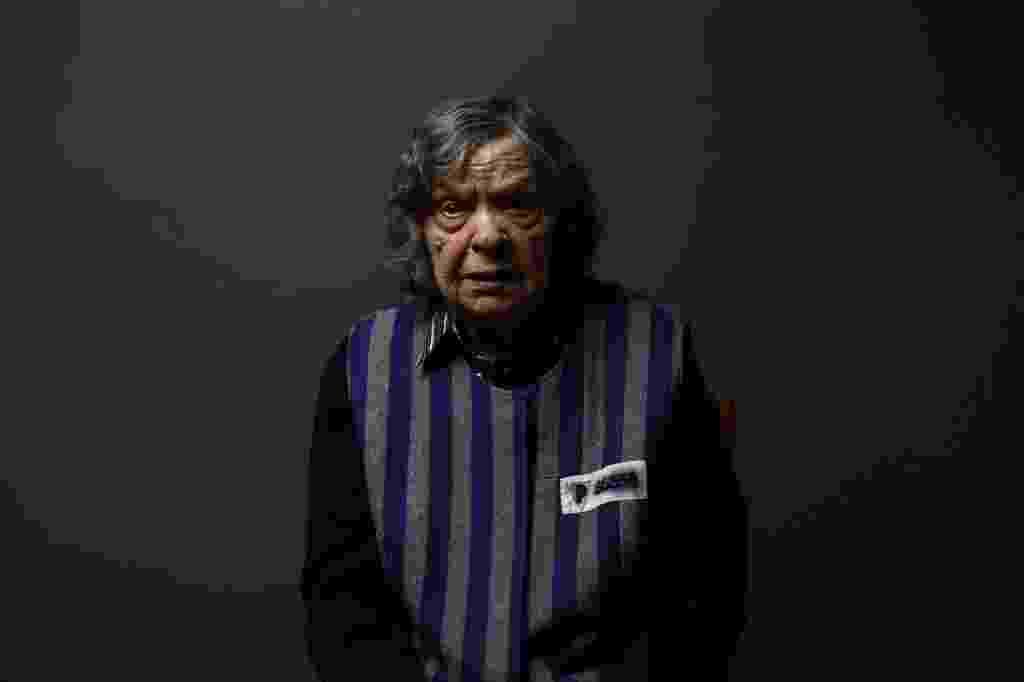 Jadwiga Bogucka (nome de solteira Regulska), 89, sobreviveu ao campo de concentração nazista de Auschwitz, onde foi registrada com o número 86.356. Na foto, de 12 de janeiro de 2015, ela está em Varsóvia, na Polônia. Durante a Revolta de Varsóvia, em agosto de 1944, aos 19 anos, ela e sua mãe foram enviadas a um campo de concentração em Pruszkow e, dias depois para Auschwitz-Birkenau. Pelo menos 1,5 milhão de pessoas, a maioria judeus, morreram no campo de concentração nazista, que se tornou um símbolo dos horrores do Holocausto e da Segunda Guerra Mundial - Kacper Pempel/Reuters