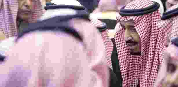 O rei saudita, Salman bin Abdul Aziz, é saudado por simpatizantes durante cerimônia ritual de promessa de fidelidade - Divulgação/Saudi Press Agency/AFP
