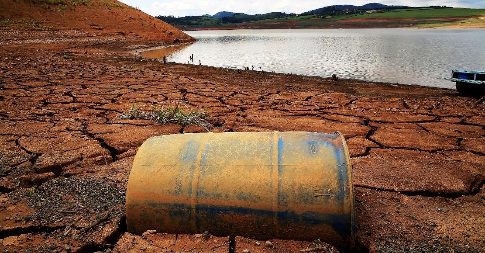 24.jan.2015 - Falta de água revela tanque que estava submerso na represa reserva Jaguari-Jacareí, na cidade de Vargem (SP). O Sistema Cantareira voltou a registrar queda, atingindo 5,2% da capacidade total, de acordo com a Sabesp (Companhia de Saneamento Básico do Estado de São Paulo)