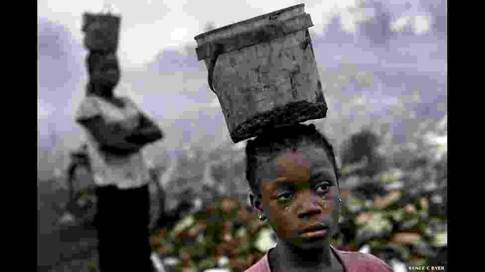 24.jan.2015 - Fati, oito, tem malária e trabalha com outras crianças em um lixão em Acra, Gana. Ela procura metais, como aparelhos eletrônicos jogados no lixo, para revender. A fotógrafa Renée C. Byer testemunhou uma série de dificuldades dos que vivem nesta situação. O projeto contou com o apoio da The Forgotten International, uma organização sem fins lucrativos de San Francisco, nos EUA, que trabalha para combater a pobreza - Renée C. Byer