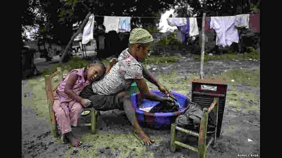 24.jan.2015 - Jestina Koko, 25, vive na Libéria e não anda desde os três anos. Ela se arrasta com a ajuda dos braços e mãos. Koko se sustenta lavando roupas, vendendo biscoitos caseiros e com esmolas. Ela tem esperança de que sua filha, Satta, frequente uma escola. A fotógrafa Renée C. Byer, ganhadora do prêmio Pulitzer, viajou para dez países em quatro continentes para documentar o cotidiano de pessoas que sobrevivem com apenas US$ 1 por dia - Renée C. Byer