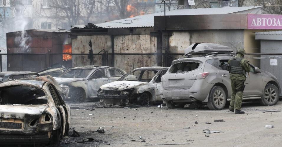 24.jan.2015 - Soldado inspeciona local bombardeado em Mariupol, no leste da Ucrânia. O ataque matou pelo menos 20 pessoas e deixou outras 86 feridas, informou o Ministério do Interior ucraniano. O secretário do Conselho de Segurança Nacional e Defesa (CSND) da Ucrânia, Alexander Turchinov, culpou