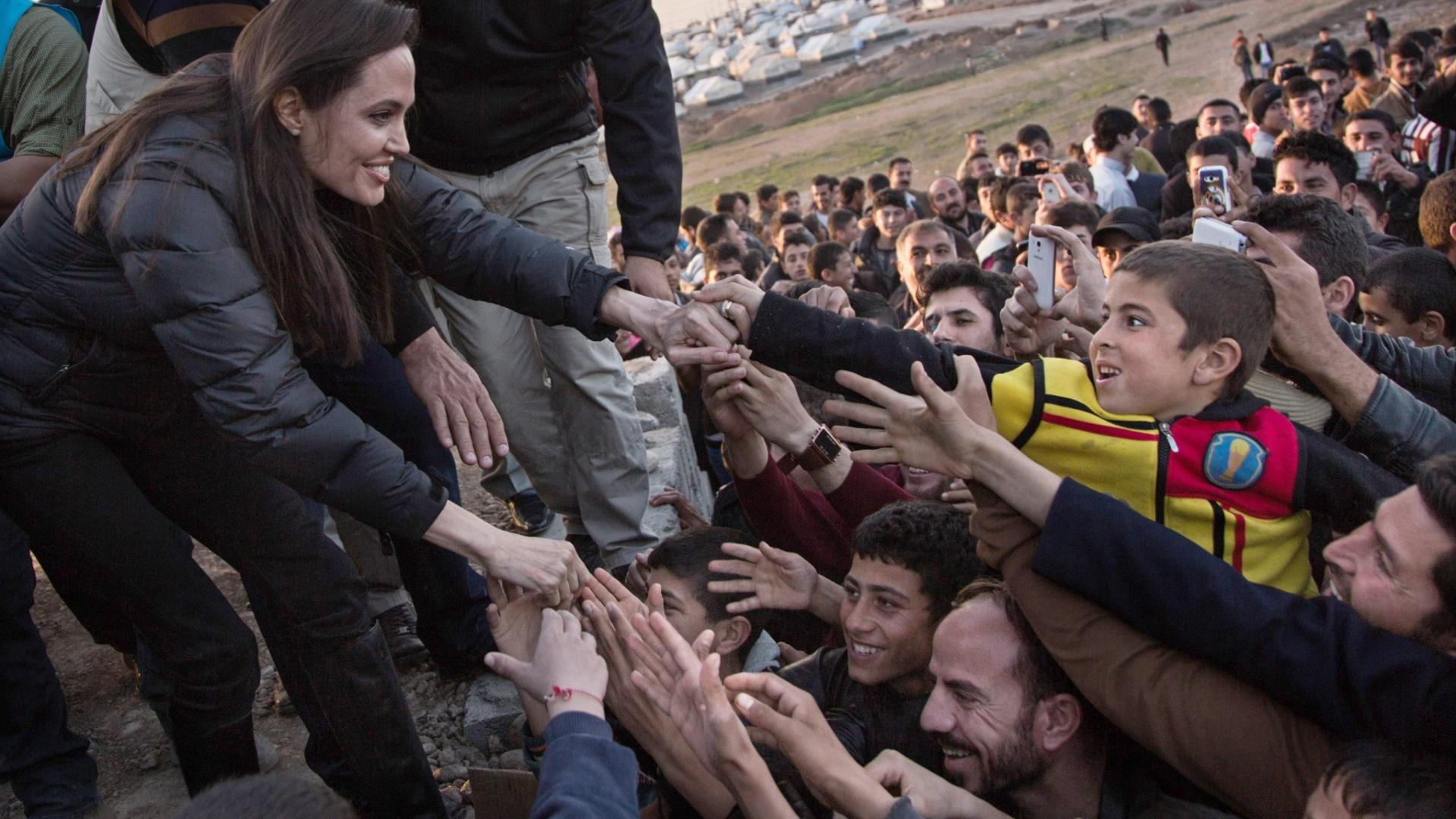 25.jan.2015 - A enviada especial do alto comissariado das Nações Unidades para os Refugiados, a atriz Angelina Jolie, visitou neste domingo (25) um campo para refugiados em Dahuk, no Curdistão, a 430 km de Bagdá, no Iraque. Em seu discurso, Jolie pediu à comunidade internacional mais empenho na resolução de conflitos no Iraque e na Síria