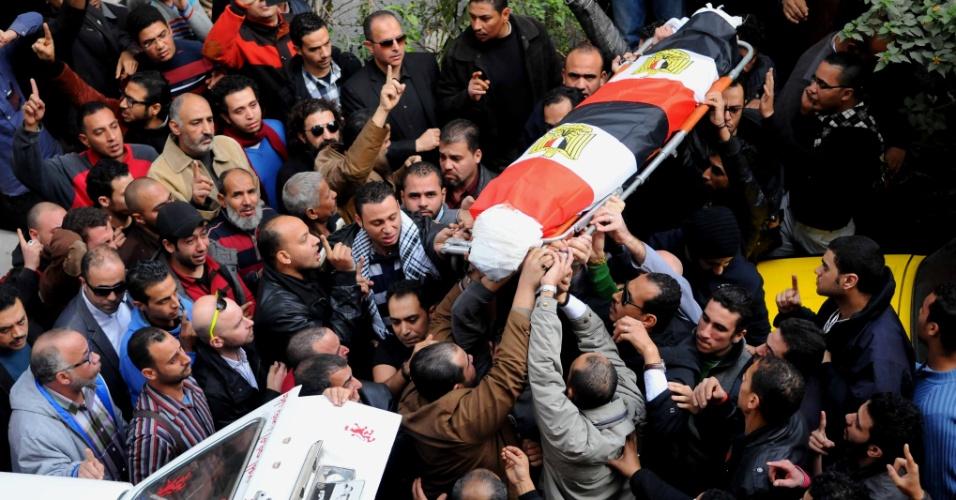 25.jan.2015 - Corpo de Shaima al-Sabbagh é carregado durante funeral, em Alexandria, Egito. Ela foi atingida por tiros durante manifestação no Cairo pelo aniversário de quatro anos dos protestos que levaram à queda de Hosni Mubarak