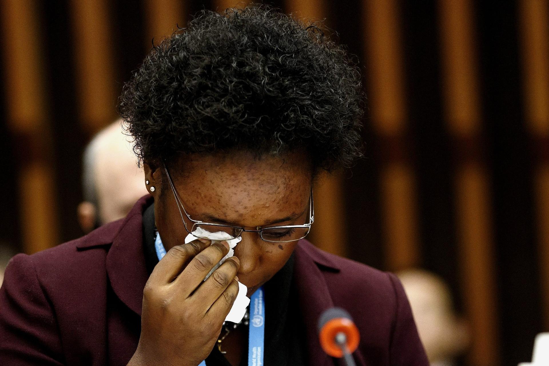 25.jan.2015 - Rebecca Johnson, de Serra Leoa, chora ao falar durante a sessão especial sobre Ebola na sede da Organização Mundial da Saúde, em Genebra, na Suíça. Ela é uma agente de saúde e sobreviveu ao vírus