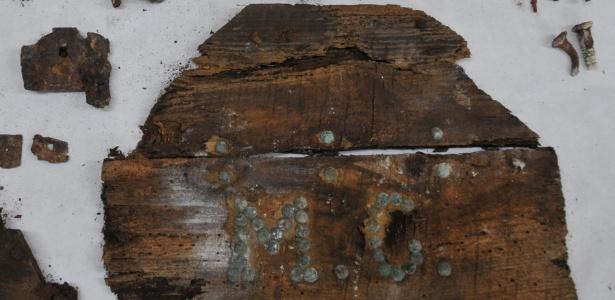 Pedaços de metal corroídos, fragmentos de madeira e um cartaz com as iniciais MC poderiam ajudar a confirmar o local de descanso de Cervantes - Sociedad de Ciencia Aranzadi/AFP