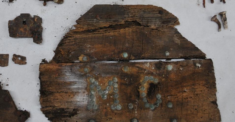 26.jan.2015 - Pedaços de metal corroídos, fragmentos de madeira e um cartaz com as iniciais MC poderiam ajudar a confirmar o local de descanso do escritor espanhol Miguel de Cervantes, autor de