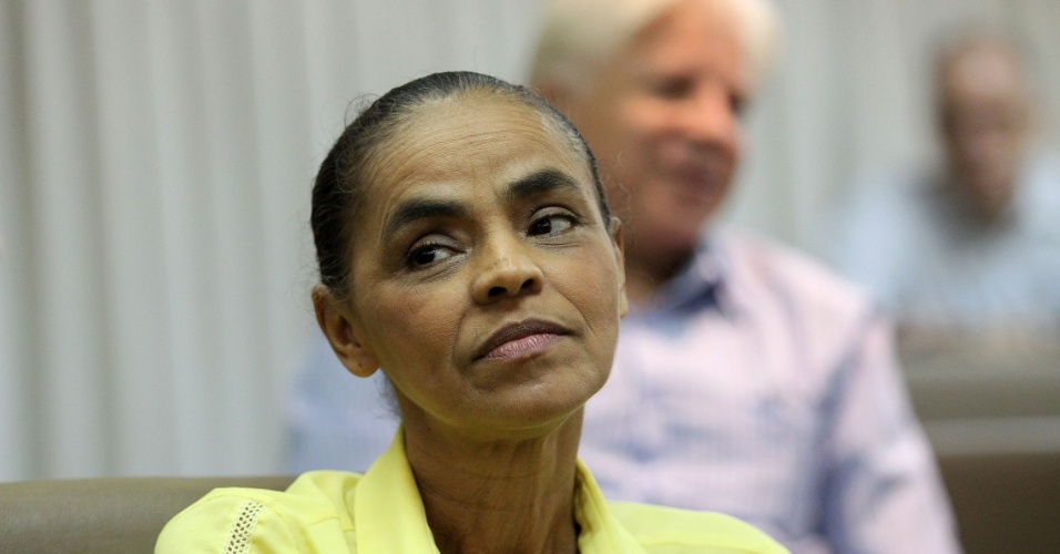 26.jan.2015 - A ex-senadora Marina Silva recebeu nesta segunda-feira (26), as assinaturas coletadas no Rio de Janeiro dentro da mobilização de regularizar o partido Rede Sustentabilidade, no Tribunal Superior Eleitoral (TSE), durante evento no auditório da OAB-RJ, no centro da cidade