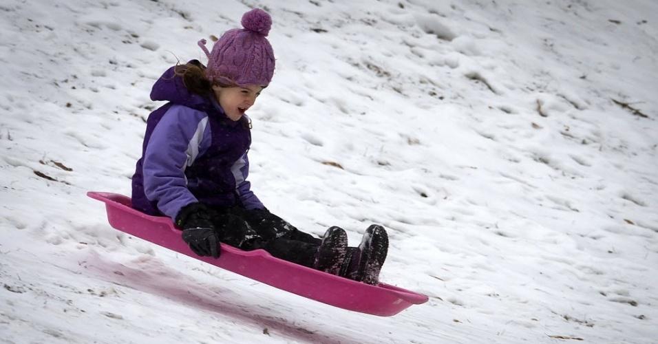 26.jan.2015 - Criança brinca na neve no Central Park, em Nova York (EUA), nesta segunda-feira (26). A costa leste dos Estados Unidos (da cidade de Filadélfia, passando por Nova York e seguindo até o Estado do Maine) se prepara para uma nevasca possivelmente histórica, que despejaria mais de um metro de neve sobre a região, além de prejudicar o transporte de milhões de pessoas