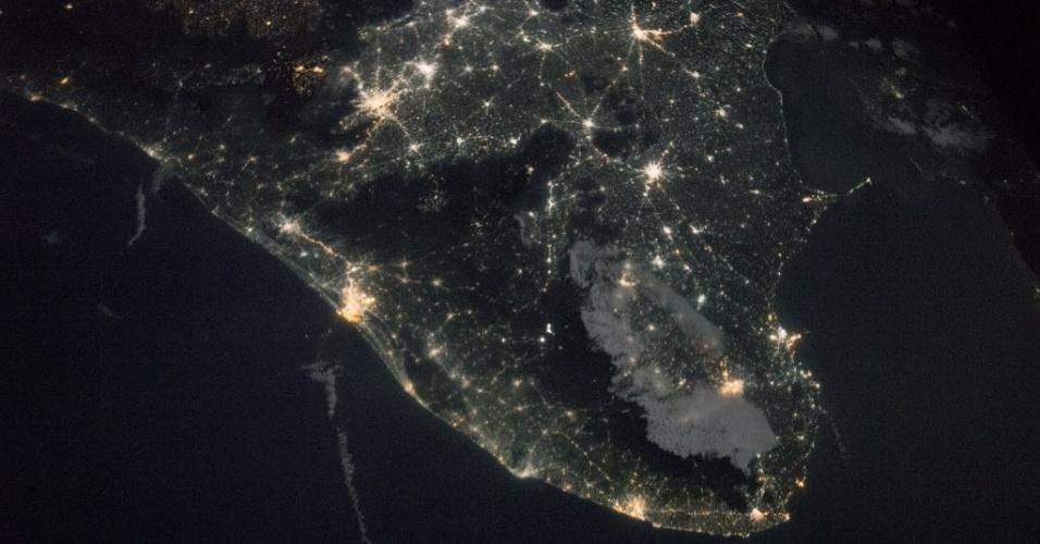 26.jan.2015 - Em imagem feita da Estação Espacial Internacional em 12 de janeiro, a península do sul da Índia é vista iluminada. É possível ver as cidades de Cochim e Coimbatore, e as rodovias que ligam os dois locais. A parte escura é a cadeia montanhosa do país, conhecida como Ghats