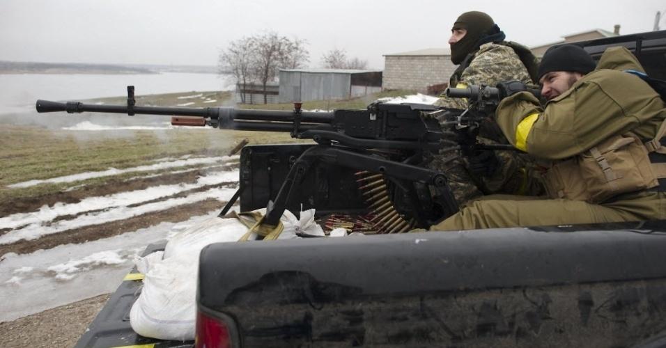 26.jan.2015 - Militares ucranianos atiram com uma metralhadora em aldeia perto de Mariupol, na Ucrânia. Pelo menos 5.100 pessoas foram mortas no leste da Ucrânia desde que os combates começaram em abril. Mariupol, uma cidade portuária estratégica localizada no Mar Negro e ainda controlada por forças da Ucrânia, foi alvo dos últimos confrontos com rebeldes