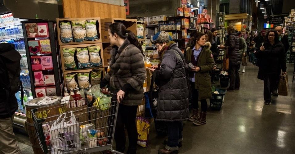 26.jan.2015 - Moradores de Nova York (EUA) fazem fila em supermercado nesta segunda-feira (26) para estocar alimentos e itens de primeira necessidade. Segundo as autoridades, cerca de um metro de neve deve atingir a região nas próximas horas
