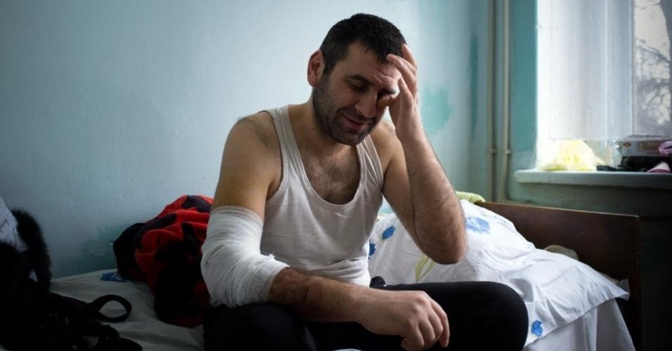 26.jan.2015 - O vendedor Azif Alikberov foi ferido durante bombardeio ocorrido no sábado (24) na cidade de Mariupol, na Ucrânia. A União Europeia e a Otan pediram à Rússia para acabar com o apoio a rebeldes na Ucrânia