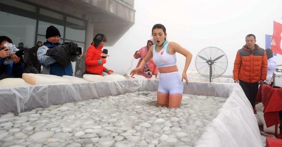 Em Desafio Chineses Mergulham Em Piscina De Gelo E Tomam
