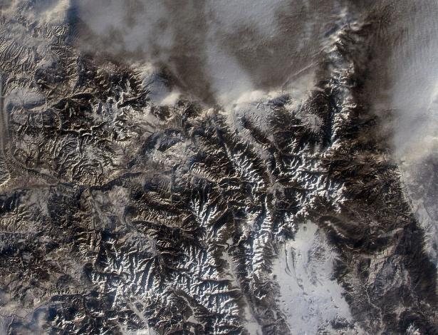 """26.jan.2015 - Rocky Mountain National Park, ou o Parque Nacional das Montanhas Rochosas, localizado no Estado do Colorado (EUA), completa 100 anos e é registrado pelo astronauta Terry Virts a partir da Estação Espacial Internacional (ISS, na sigla em inglês). Virts escreveu: """"picos e trilhas majestosas! Feliz 100 anos, Rocky Mountain National Park. Tanta beleza de se ver"""""""