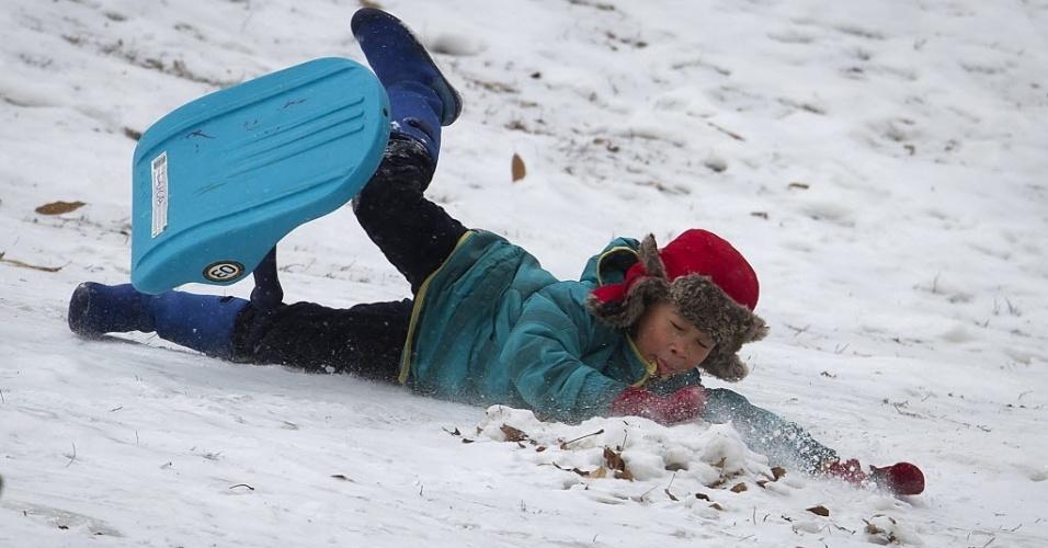 26.jan.2015 - Criança cai do trenó ao descer uma colina coberta de neve no Central Park, em Nova York, nesta segunda-feira. A costa leste dos Estados Unidos (da cidade de Filadélfia, passando por Nova York e seguindo até o Estado do Maine) se prepara para uma nevasca possivelmente histórica, que despejaria mais de um metro de neve sobre a região e prejudicaria o transporte de milhões de pessoas