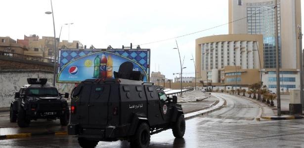 Forças de segurança da Líbia cercam o hotel Corinthia, em Trípoli - Mahmud Turkia/AFP