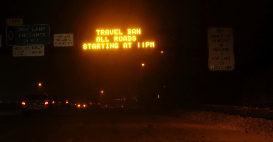 27.jan.2015 - Mensagem avisa aos motoristas que o tráfego em Nova York será proibido após as 23h desta segunda-feira (26), sendo permitida a circulação apenas de veículos de emergência. Nenhum sistema de transporte seguiu funcionando depois deste horário na cidade