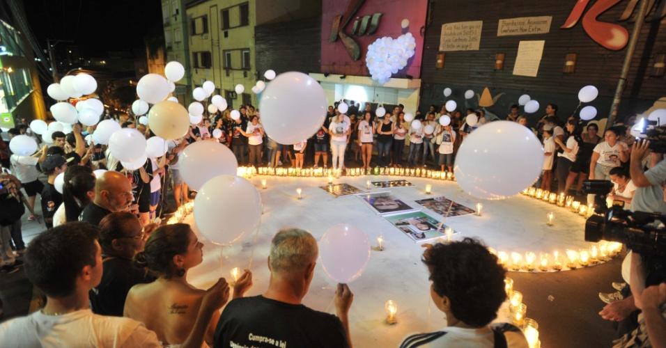 27.jan.2015 - Pais e amigos se reúnem em frente à boate Kiss para homenagear as 242 pessoas que morreram em um incêndio no local em janeiro de 2013, nesta terça-feira (27), em Santa Maria, no Rio Grande do Sul. O ato, que iluminou com velas o que restou da boate e espalhou balões brancos no céu, marca dois anos da tragédia