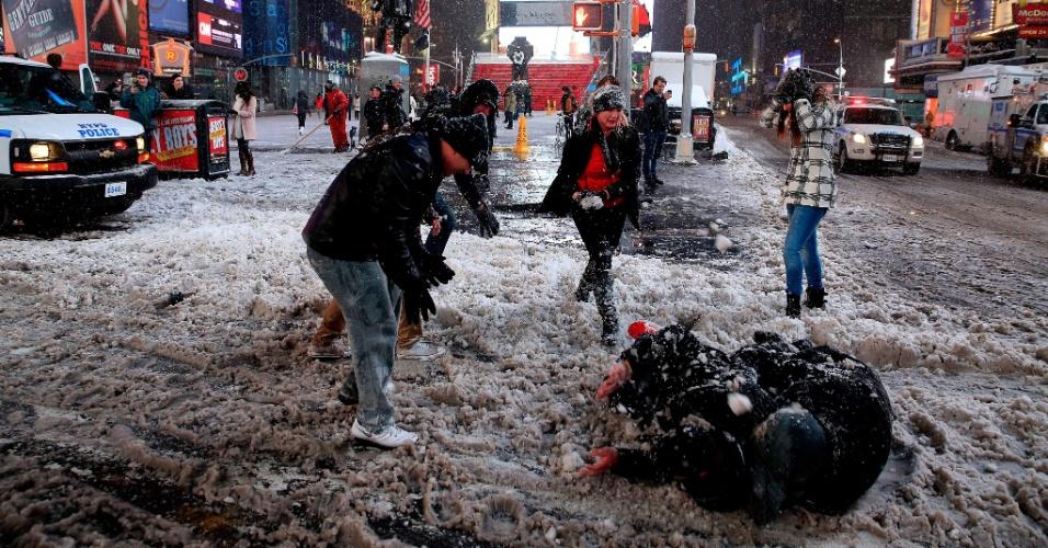 27.jan.2015 - Pedestres brincam com bolas de neve nesta segunda-feira (26) na região de Times Square, em Nova York, depois de as ruas da cidade terem sido fechadas para o tráfego, sendo liberados apenas os veículos de emergência. A costa leste dos Estados Unidos se prepara para uma tempestade histórica - a expectativa é de até 90 centímetros de neve