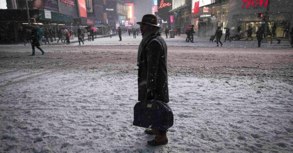 27.jan.2015 - Pedestres circulam pelos arredores da Times Square, em Nova York, depois da proibição de circulação de veículos pela cidade após as 23h desta segunda-feira (26). A costa leste dos Estados Unidos se prepara para uma tempestade que promete ser histórica, com até 90 centímetros de neve
