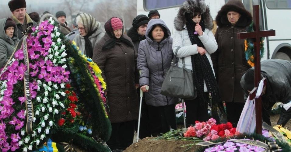 27.jan.2015 - Parentes de vítimas de um recente bombardeio choram em um cemitério em Mariupol, na Ucrânia, nesta terça-feira (27). Chanceleres da União Européia vão discutir novas sanções contra a Rússia durante reunião em Bruxelas na quinta-feira (29). Pelo menos 30 pessoas foram mortas por bombardeios de rebeldes pró-russos no sábado (24) na cidade portuária de Mariupol, no leste da Ucrânia