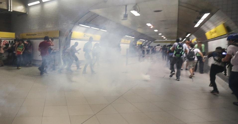 27.jan.2015 - A Polícia Militar usou bombas de gás dentro da plataforma da estação de metrô Faria Lima, na zona oeste de São Paulo, após protesto pacífico contra a tarifa no transporte público nesta terça-feira (27). Segundo o Twitter da PM, a ação policial aconteceu porque manifestantes teriam feito um cordão de isolamento para impedir usuários de acessar o metrô. Passageiros afetados pelas bombas da PM foram socorridos pelo GAPP (Grupo de Apoio ao Protesto Popular). Após o tumulto, a estação chegou a ser fechada para os usuários, mas foi reaberta depois